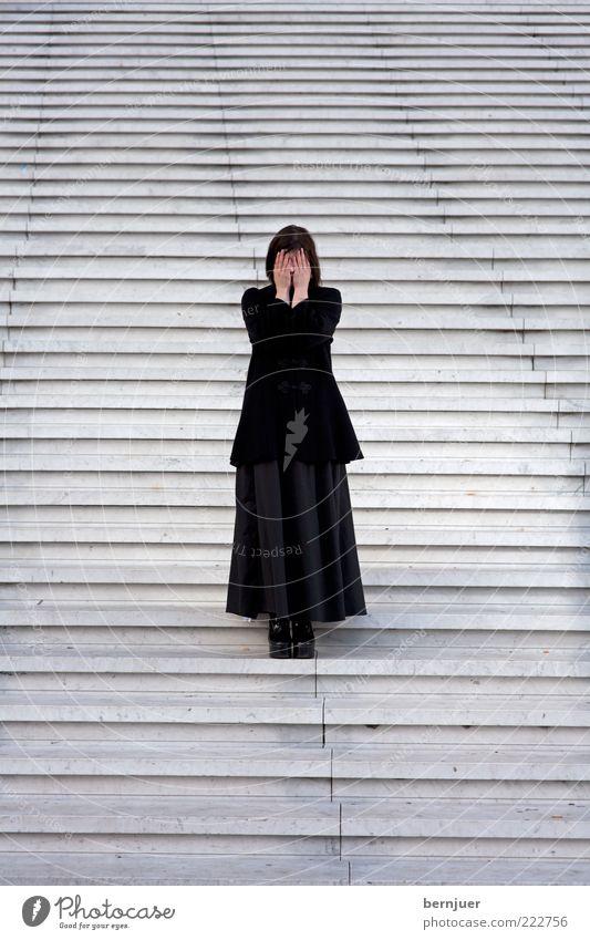Kassandra Mensch feminin Frau Erwachsene 1 Fußgänger Mode Stoff Damenschuhe schwarzhaarig Stein stehen außergewöhnlich Gefühle Stimmung ignorant Angst
