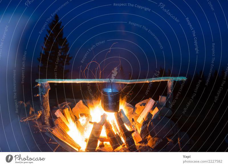 Lebensmittel im Topf auf Feuer kochen Himmel Natur Ferien & Urlaub & Reisen blau Sommer weiß Landschaft Baum rot Wald dunkel Berge u. Gebirge schwarz gelb