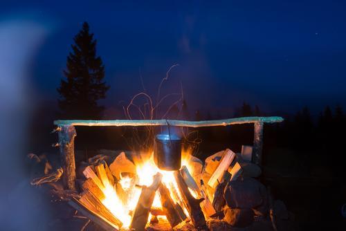 Lebensmittel im Topf auf Feuer kochen Suppe Eintopf Picknick Freizeit & Hobby Ferien & Urlaub & Reisen Tourismus Abenteuer Expedition Camping Sommer