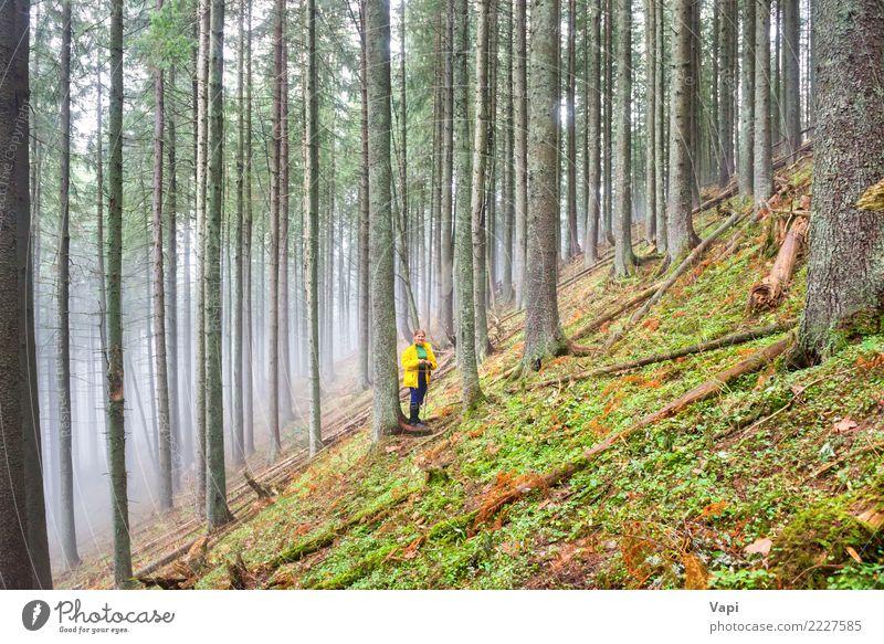 Hübsche Frau im Wald Mensch Natur Ferien & Urlaub & Reisen Jugendliche Junge Frau Pflanze Sommer grün weiß Landschaft Baum dunkel Berge u. Gebirge 18-30 Jahre
