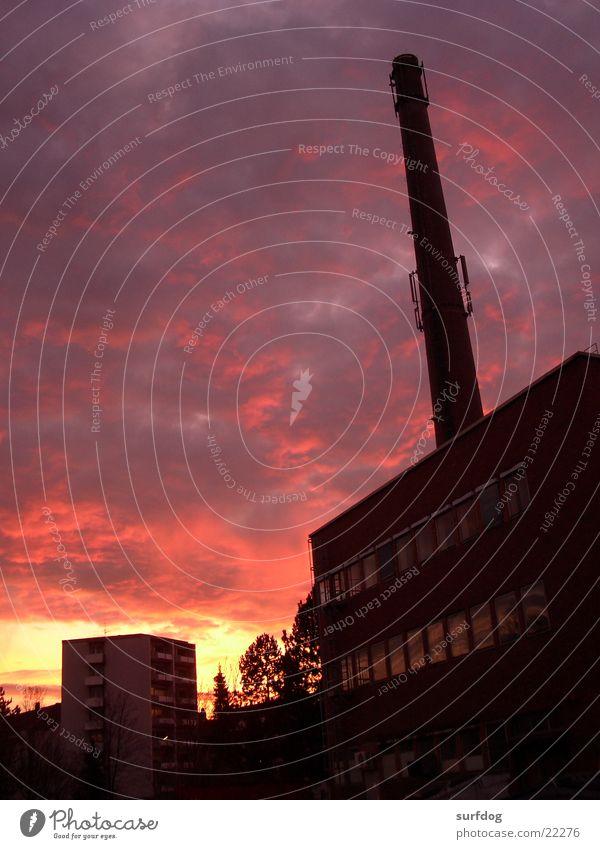 Heizwerk Fabrik Sonnenuntergang Wolken Dämmerung Abend Architektur Lagerhalle Schornstein Abenddämmerung Himmel Außenaufnahme Menschenleer leuchtende Farben