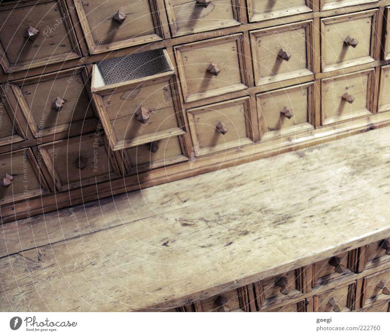 schubladisiert Schrank Schublade Griff Holz alt eckig historisch trashig braun Ordnung Ordnungsliebe Ablage aufmachen Rechteck Farbfoto Innenaufnahme Kunstlicht
