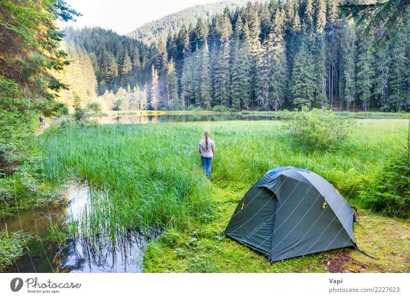 Junge Frau nahe grünem Zelt und Waldsee Mensch Himmel Natur Ferien & Urlaub & Reisen Jugendliche Pflanze blau Sommer schön Wasser weiß Sonne Landschaft