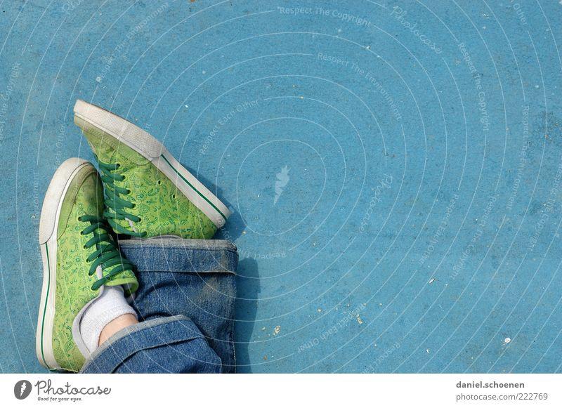 immer locker bleiben !! Mensch blau Erholung Fuß Schuhe Mode Lifestyle frisch Coolness Gelassenheit mehrfarbig Turnschuh lässig Leichtigkeit