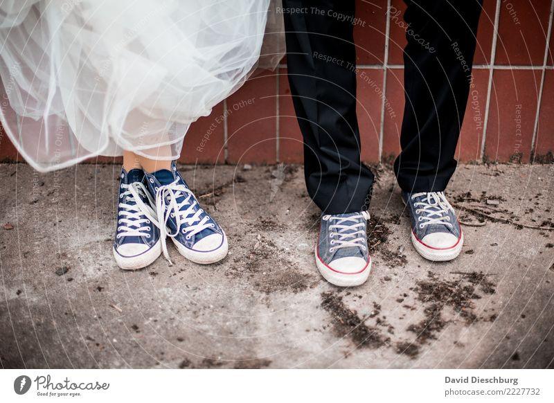 Wedding with Chucks Frau Mensch Mann Erwachsene Liebe feminin Stil Paar Zusammensein maskulin Schuhe Romantik Hochzeit Verliebtheit altehrwürdig Anzug