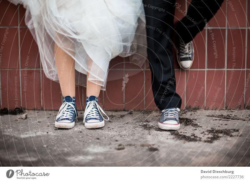 Vor dem JA-Wort Frau Mensch Mann Erwachsene Beine Liebe feminin Glück Paar Zusammensein maskulin Schuhe stehen warten Hochzeit Kleid