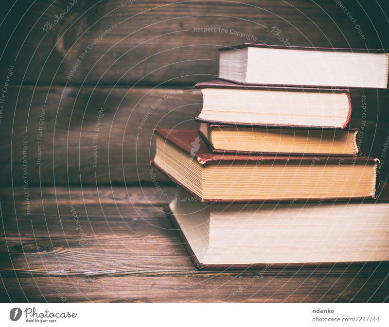 Stapel geschlossener Bücher lesen Tisch Bildung Schule Studium Buch Papier Holz alt retro braun weiß Idee Hintergrund altehrwürdig Wand Konsistenz Grunge lernen