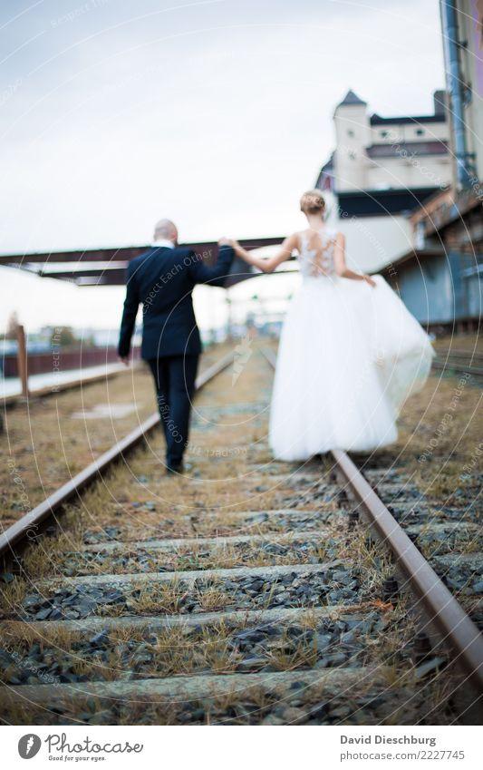 Together Hochzeit maskulin feminin Frau Erwachsene Mann Paar Partner 2 Mensch Schienenverkehr Bahnfahren Gleise Glück Vertrauen Sicherheit Geborgenheit