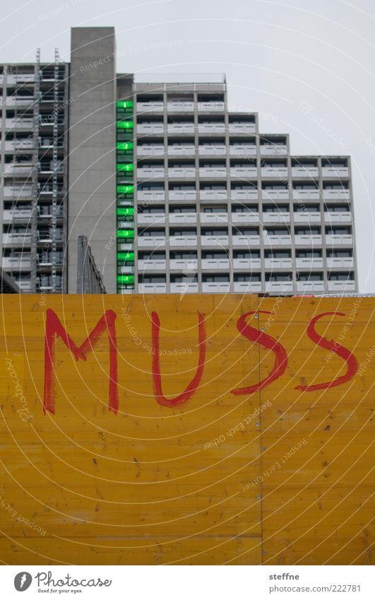 Irgendjemand muss doch Stadt Haus Wand Mauer Architektur Fassade Hochhaus trist München Typographie Text müssen Holzwand Wohnhochhaus Großbuchstabe Bauzaun