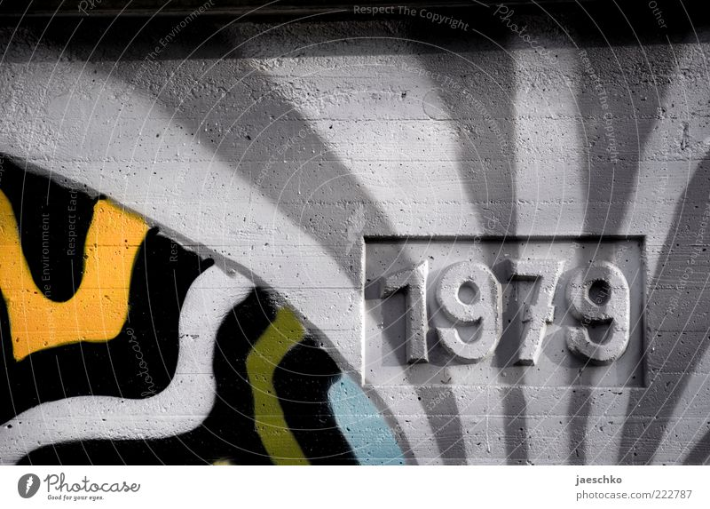 late seventies grau Graffiti Brücke Ziffern & Zahlen Wandel & Veränderung Vergänglichkeit Backstein Vergangenheit Bauwerk historisch Siebziger Jahre Jahreszahl Mauer Kunst abstrakt Relief