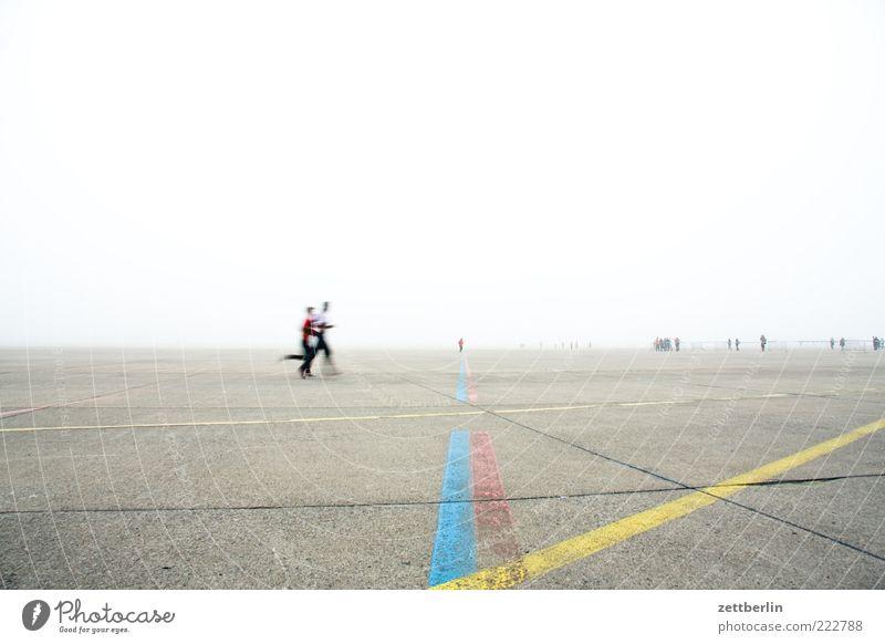 Laufen Mensch Himmel Ferne Berlin Menschengruppe Linie laufen Schilder & Markierungen Nebel rennen Geschwindigkeit Laufsport Fitness Flughafen Sport-Training Sportler