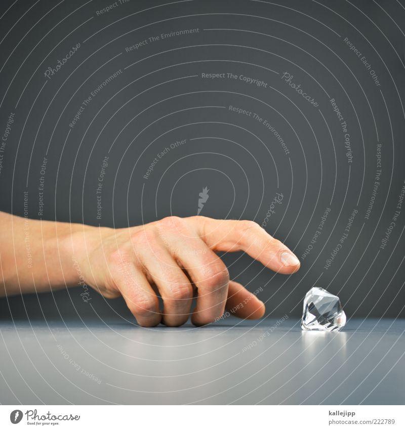 diamantenraub in rio Mensch maskulin Mann Erwachsene Hand Finger berühren authentisch eckig Macht einzigartig elegant entdecken Erfolg Wert Reichtum Diamant