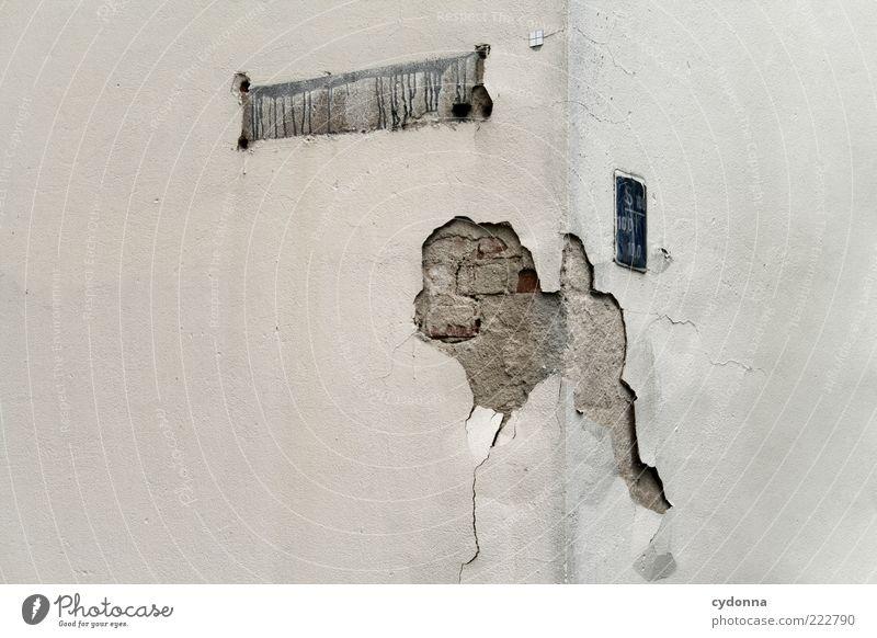 Unbekannt verzogen Haus Wand grau Mauer Schilder & Markierungen Fassade Ecke kaputt Vergänglichkeit einzigartig Verfall skurril Putz anonym Misserfolg Bruch