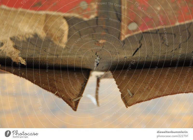 Ausrangierter Schwebebalken alt braun verfallen Verfall schäbig Riss Bildausschnitt Anschnitt abblättern Abnutzung gerissen Naht gebrauchen unbrauchbar Fetzen Schwebebalken