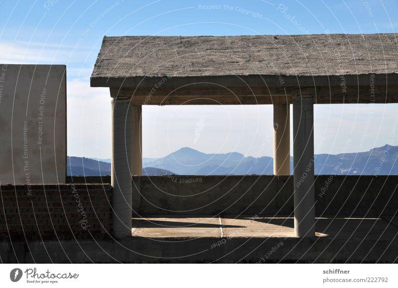Zimmer mit Ausblick I Landschaft Himmel Berge u. Gebirge Menschenleer Haus Ruine Bauwerk Gebäude Mauer Wand Fassade außergewöhnlich Einsamkeit Säule Dach