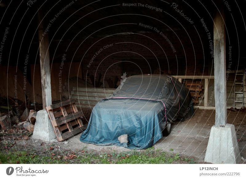 Gut zugedeckte Träume. Fahrzeug PKW Oldtimer dreckig geheimnisvoll ruhig stagnierend Scheune Youngtimer Abdeckung verstecken Versteck Schutzhülle Autopflege