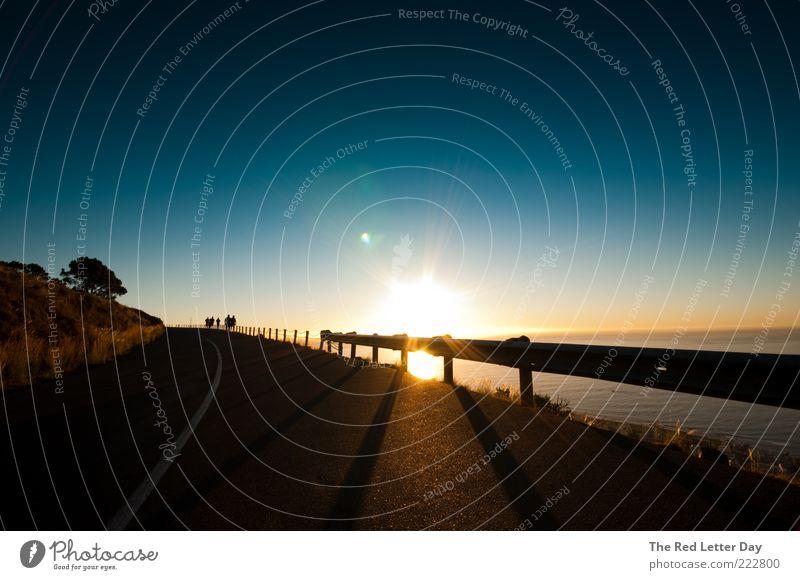 I want to go all the way to the horizon. Natur Wasser Sommer Meer Leben Erholung Gefühle Menschengruppe Landschaft Umwelt Stimmung Küste Hügel Zaun genießen Sonnenuntergang