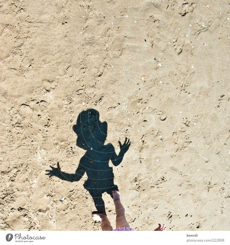 nIne Mensch Kind Sommer Ferien & Urlaub & Reisen Strand Leben Spielen Sand Beine Kindheit braun gehen stehen niedlich heiß Kleinkind