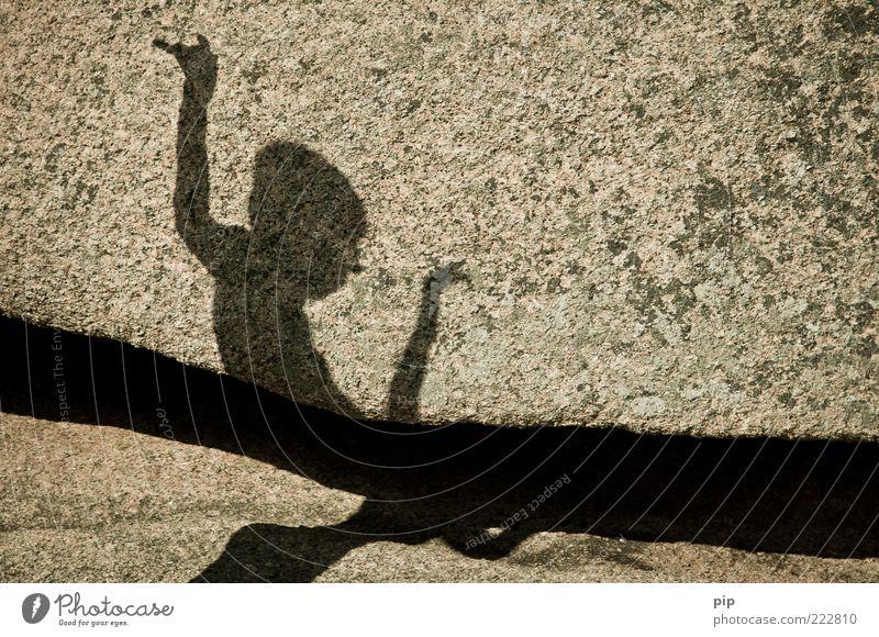 schattenspiel Junge 1 Mensch Sommer Felsen Stein Spielen Fröhlichkeit Lebensfreude Bewegung Kindheit Schatten Spalte Tanzen Arme hochhalten Granit Farbfoto