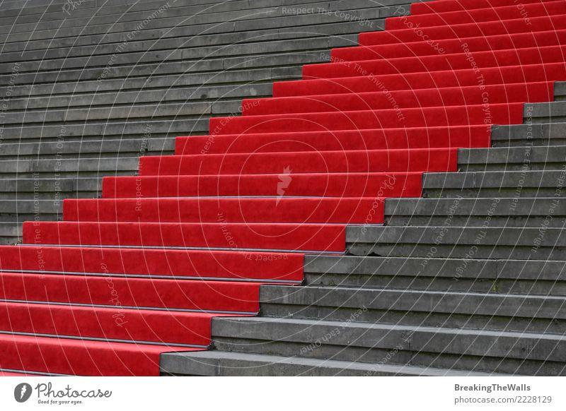 Roter Teppich über niedriger Winkelsicht der konkreten Treppe Stadt Farbe rot Architektur Gebäude grau Erfolg Beton Sehenswürdigkeit Bauwerk Veranstaltung