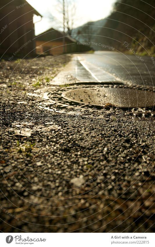 die Straße entlang Winter Haus schwarz Stein Regen nass gold Asphalt schlechtes Wetter Gully Abfluss ländlich Kieselsteine Fahrbahn Straßenrand Stadtrand