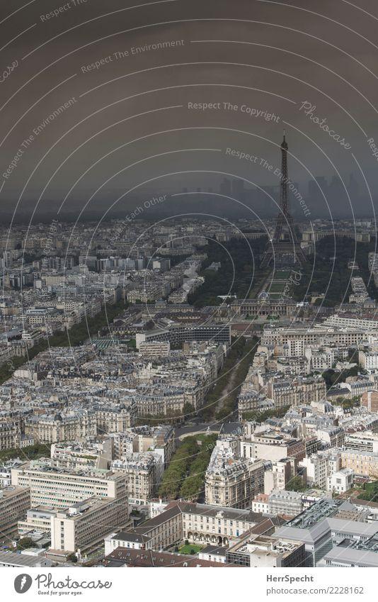 Eifelturm im Gewitter Gewitterwolken Sommer Schönes Wetter schlechtes Wetter Unwetter Paris Frankreich Hauptstadt Stadtzentrum Skyline Haus Architektur