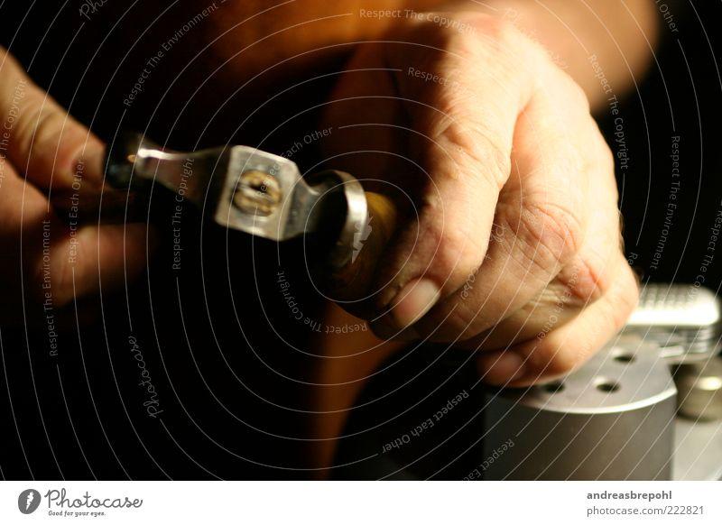Gravur Handwerker Mensch maskulin Finger 1 dunkel Farbfoto Innenaufnahme Nahaufnahme Kunstlicht Schatten Kontrast Schwache Tiefenschärfe Kunsthandwerk