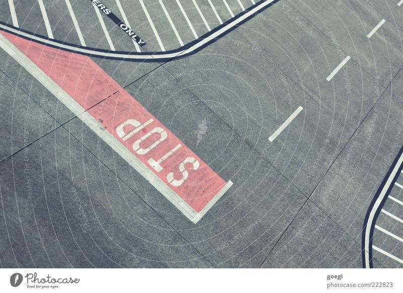 Richtlinien weiß rot grau Schilder & Markierungen Beton Verkehr leer Schriftzeichen Ende stoppen Flughafen Verkehrswege Vogelperspektive Halt Verkehrsschild