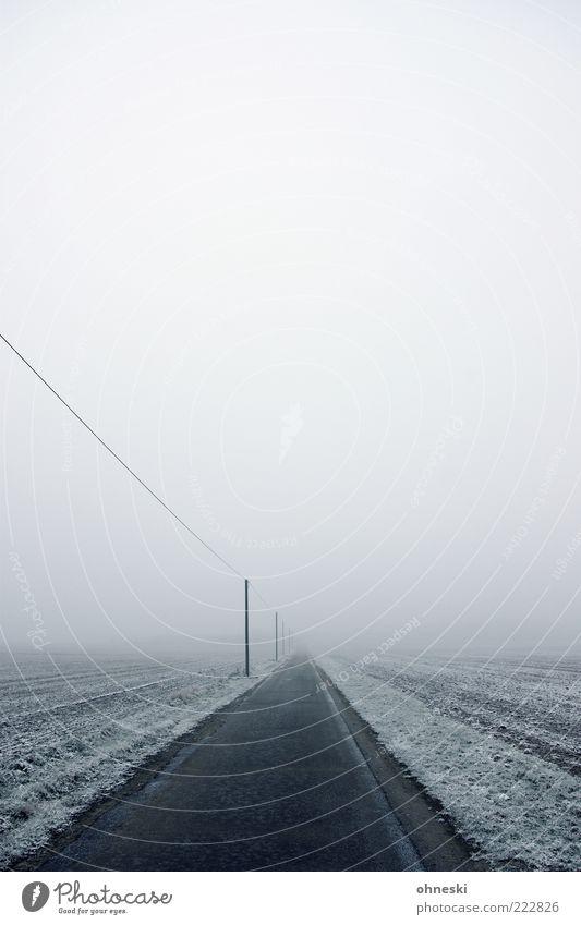 Stromversorgung Winter Einsamkeit Straße kalt Schnee grau Wege & Pfade Eis Wetter Nebel Elektrizität Frost Kabel Verkehrswege Strommast schlechtes Wetter