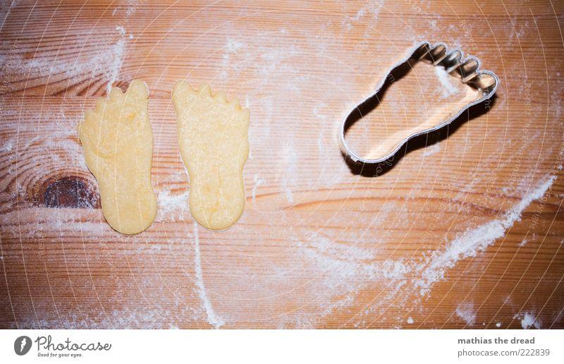PATSCHE FÜßE Lebensmittel Teigwaren Backwaren Süßwaren Ernährung klein Plätzchen stechen Weihnachtsgebäck Mehl Strukturen & Formen Fuß niedlich Holzplatte