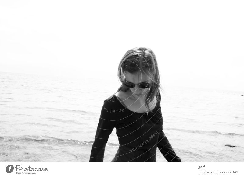 the girl Frau Mensch Jugendliche Meer Erwachsene feminin Leben Kopf Haare & Frisuren Haut 18-30 Jahre Sonnenbrille Strandspaziergang