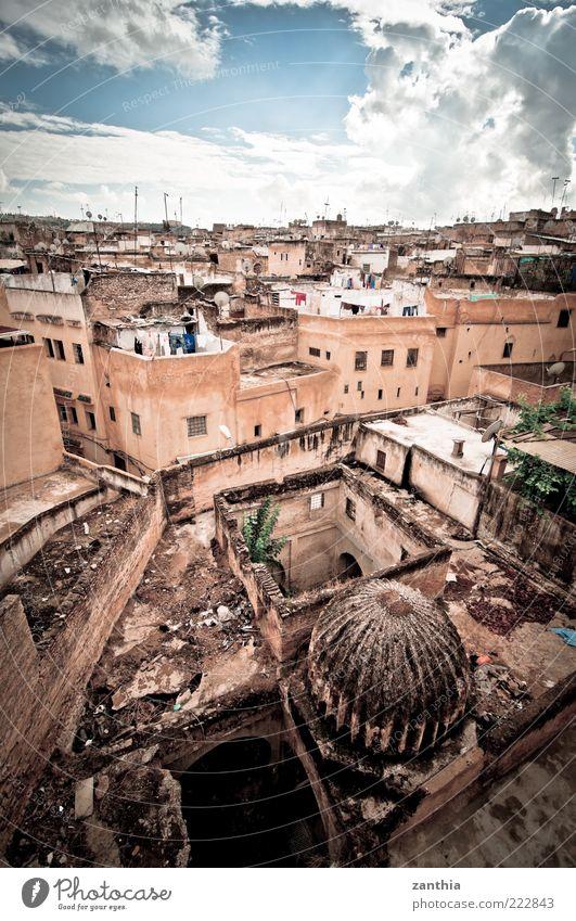Fés Fes Marokko Afrika Stadtzentrum Altstadt Menschenleer Haus Gebäude Architektur Dach alt authentisch dreckig historisch kaputt oben braun gelb modern