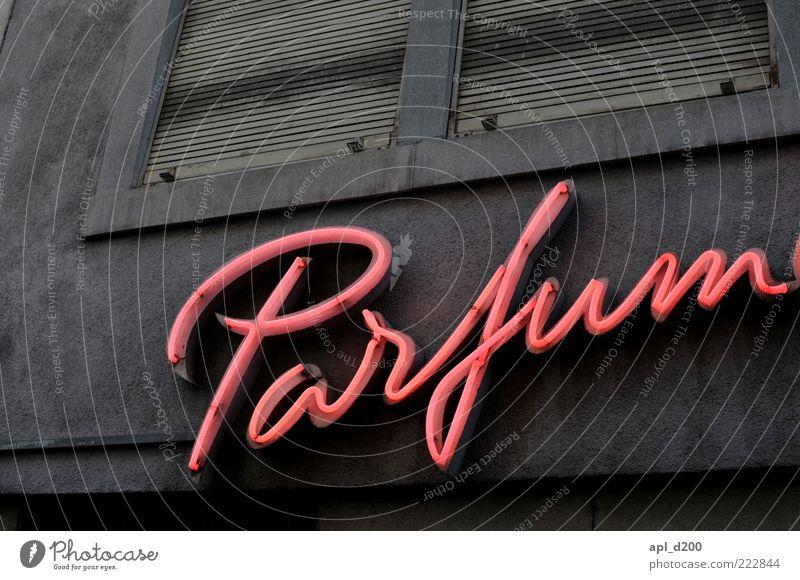Patrick Süskind schön Haus grau rosa Fassade ästhetisch authentisch leuchten Wort Logo Leuchtreklame Parfum Licht Werbung