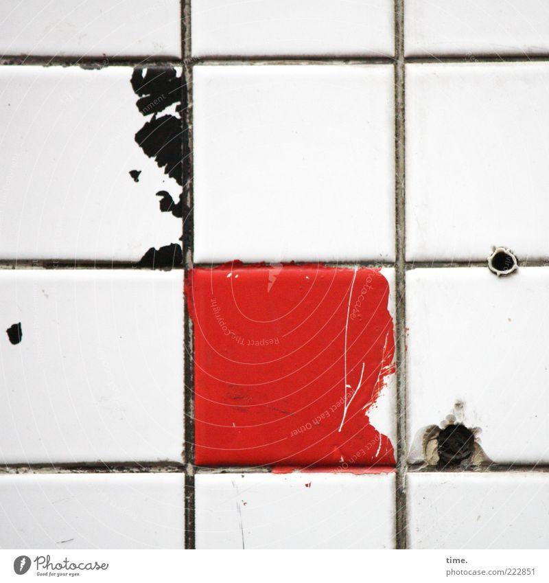 HH10.2   Public Tile Art Kreuz außergewöhnlich dreckig kaputt rot schwarz Farbe Ecke Bohrloch Dübel scheckig parallel vertikal horizontal Folie Farbstoff