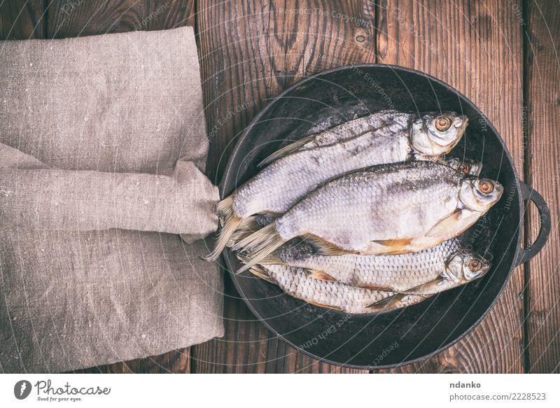 Fisch-Ram in einer runden schwarzen Pfanne Meeresfrüchte Menschengruppe Tier Holz natürlich oben braun Rotauge Vorbereitung Snack Feinschmecker salzig