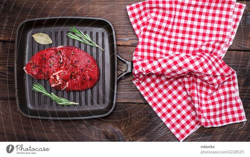 rohes Rindfleisch mit Gewürzen Fleisch Kräuter & Gewürze Abendessen Pfanne Tisch Küche Holz Essen frisch oben braun rot schwarz Hintergrund Barbecue Beefsteak