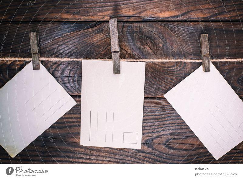 drei leere alte Postkarten Seil Papier Holz schreiben dreckig retro braun weiß altehrwürdig blanko Hintergrund Raum Grunge Antiquität Mitteilung beige Rücken