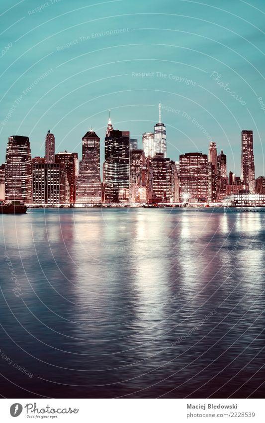 Manhattan in der Nacht. Fluss Stadt Skyline Hochhaus Gebäude Architektur retro Business Kapitalwirtschaft Gesellschaft (Soziologie) Inspiration