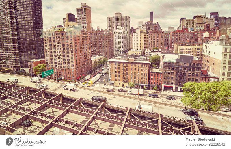 New York von der Seilbahn nach Roosevelt Island gesehen. Ferien & Urlaub & Reisen Haus Straße Architektur Gebäude Ausflug Häusliches Leben Verkehr PKW Hochhaus