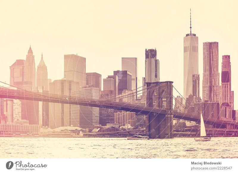 New York City bei Sonnenuntergang. Stadtzentrum Skyline Hochhaus Bankgebäude Brücke Gebäude Architektur Segelboot retro Ferien & Urlaub & Reisen
