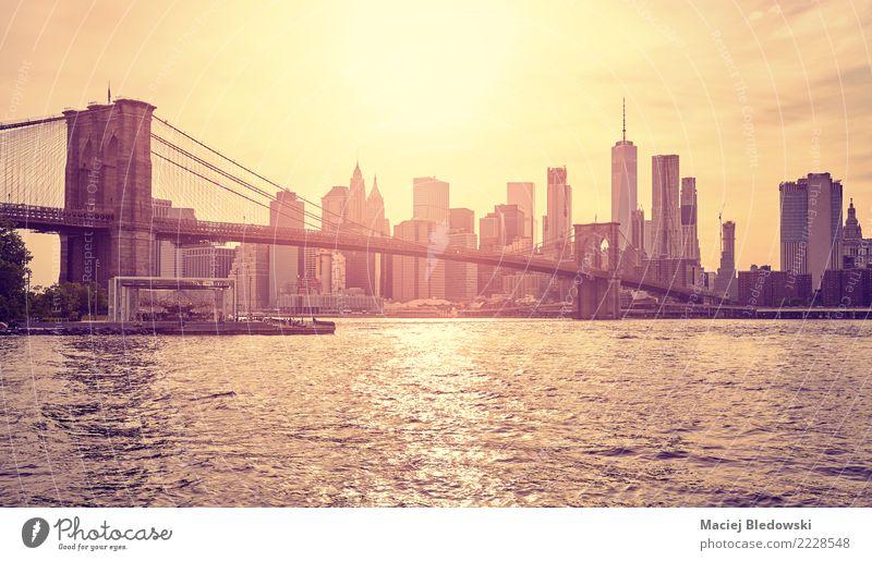 Brooklyn Bridge und Manhattan bei Sonnenuntergang. Stadtzentrum Skyline Hochhaus Bankgebäude Brücke Gebäude Wahrzeichen Denkmal elegant Erfolg reich gold