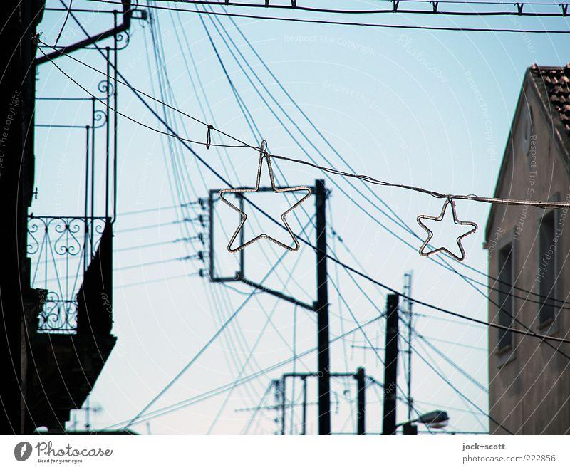 Wundersterne von dazumal Strommast Wolkenloser Himmel Sommer Schönes Wetter Korfu Dorf Haus Fassade Balkon Fenster Linie Piktogramm Stern (Symbol) hängen Ferne