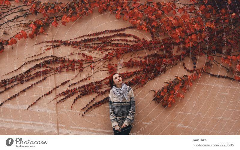 Junge Frau, die mit einem roten Efeu aufwirft Mensch Natur Jugendliche Pflanze schön Ferne 18-30 Jahre Erwachsene Umwelt Lifestyle Herbst natürlich feminin Stil