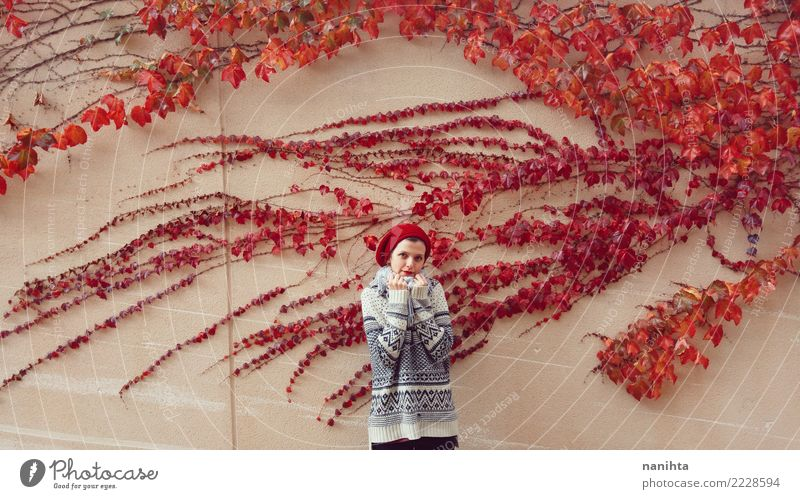 junge Frau, die nahe einem roten Efeu aufwirft Mensch Natur Jugendliche Junge Frau Pflanze schön Blatt Winter 18-30 Jahre Erwachsene Leben Wand Herbst kalt
