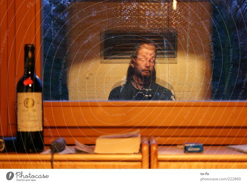 Am Ofen sitzen Mensch Mann ruhig Fenster Holz Raum warten Erwachsene Buch maskulin Innenarchitektur Häusliches Leben Gelassenheit Bart Weinflasche