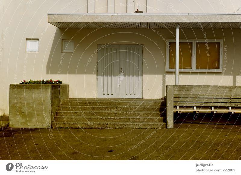 Island Seyðisfjörður Menschenleer Haus Bauwerk Gebäude Architektur Mauer Wand Treppe Tür Dach Bank Sauberkeit Ordnung Farbfoto Gedeckte Farben Außenaufnahme Tag