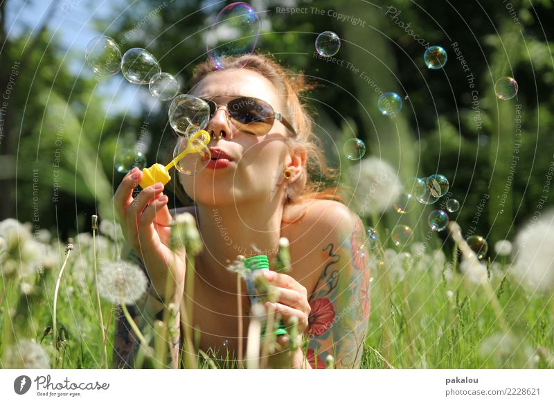 Sommerblasen feminin Frau Erwachsene 18-30 Jahre Jugendliche Pflanze Himmel Wiese Sonnenbrille Lebensfreude Verliebtheit Seifenblase Löwenzahn liegen Erholung
