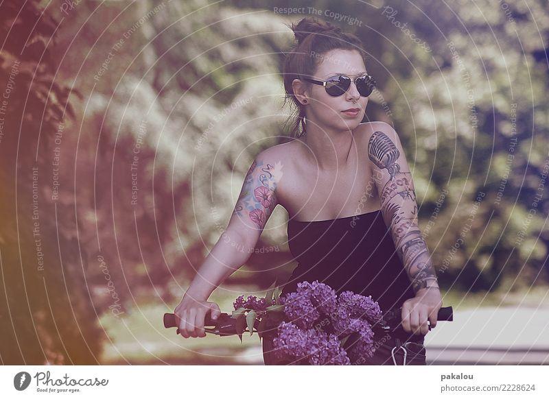 Hörst du die Vögel zwitschern? Fahrradfahren feminin Frau Erwachsene 1 Mensch 18-30 Jahre Jugendliche Natur Pflanze Blume Park Sonnenbrille genießen Blick Sport