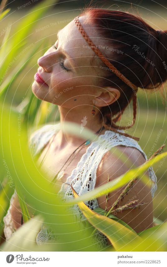 Sonnenanbeterin Mode Weste Accessoire Schmuck Stirnband brünett Duft Erholung genießen positiv grün Frühlingsgefühle ruhig Zufriedenheit Idylle Mais Maisfeld