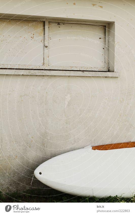WINTERPAUSE weiß Sommer Haus ruhig Fenster Wand grau Fassade geschlossen liegen Pause Kunststoff Hütte Sommerurlaub parken trocknen